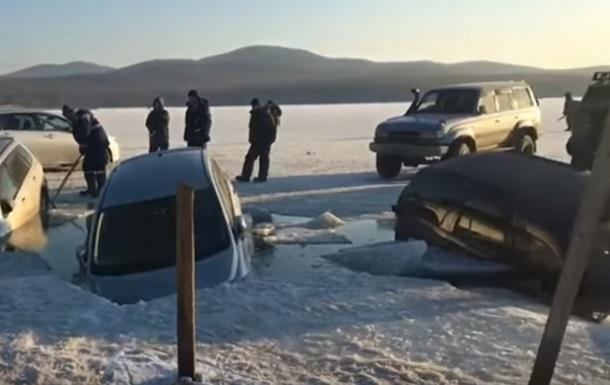 Во Владивостоке за несколько минут 30 машин ушло под лёд